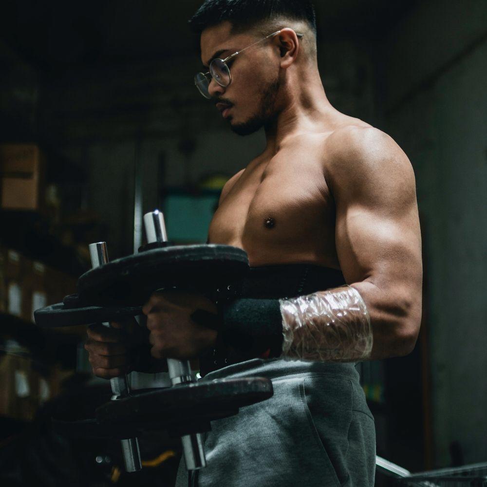 oefeningen-met-een-dumbbell-om-thuis-te-sporten-en-sterker-te-worden